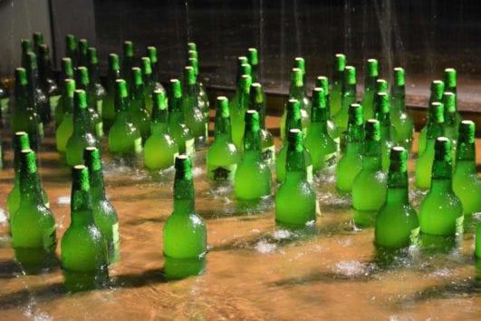 Botellas de sidra enfriando para beber
