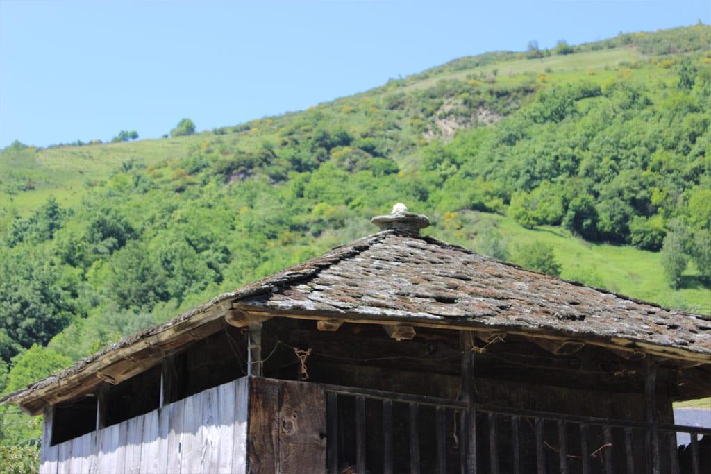 Paisaje rural con horreo entre montañas en Fuentes del Narcea