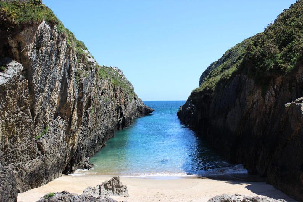 Camino del Indiano en Asturias, rincones de la cosa asturiana como la playa de Nueva en Llanes