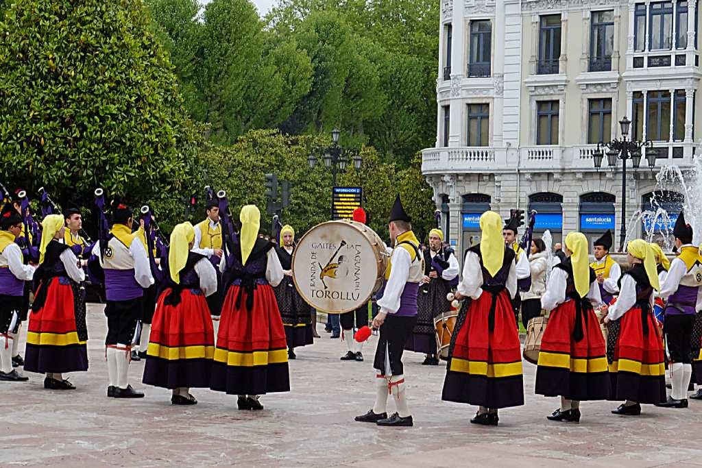 Banda de gaitas en Oviedo