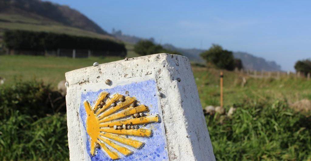 La concha del peregrino indica el Camino a Santiago
