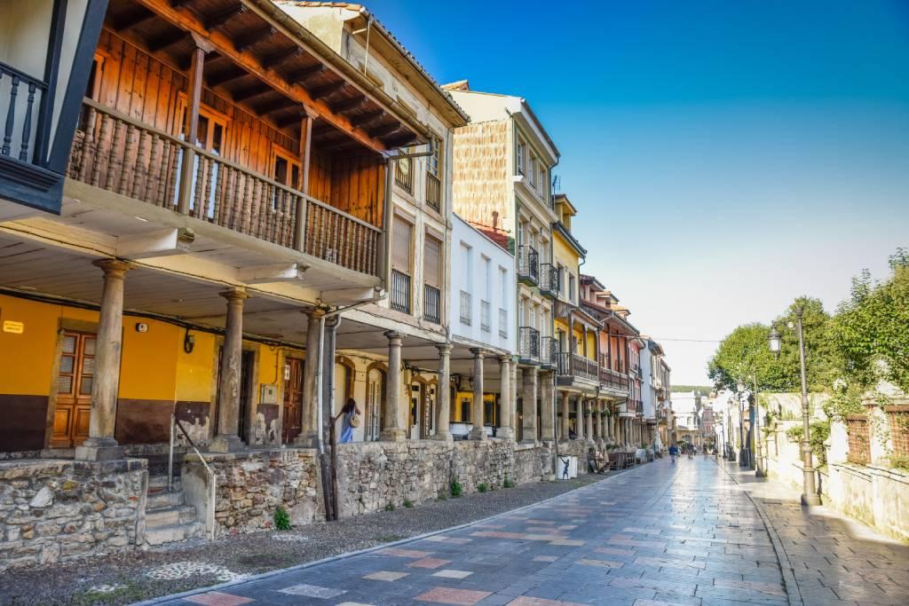 La calle Galiana y sus soportales rodeando el parque Ferrera en Avilés.