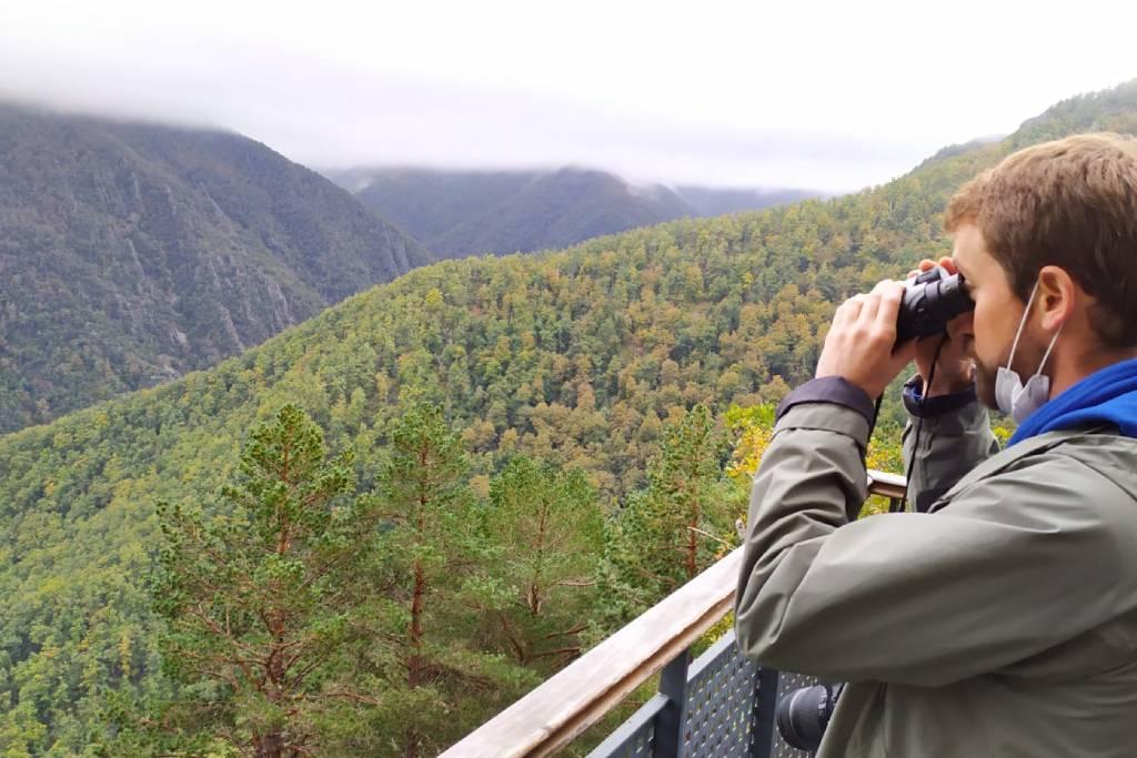 Observando la naturaleza en uno de los miradores de Muniellos